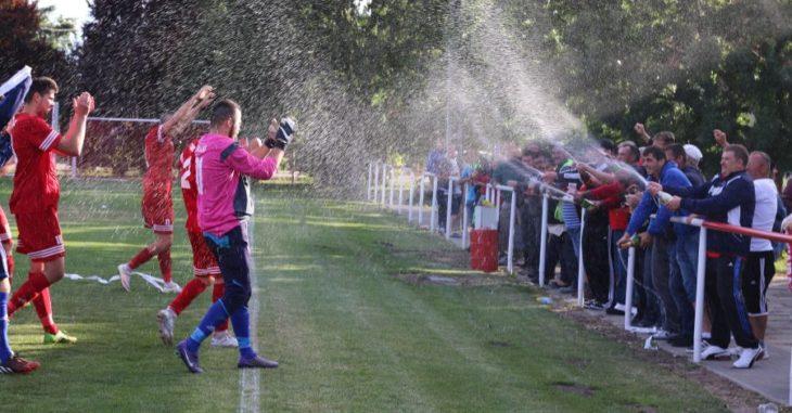 Boldog Zoltánt és csapattársait pezsgővel köszöntötték az iváncsai szurkolók - fotó: Iváncsa