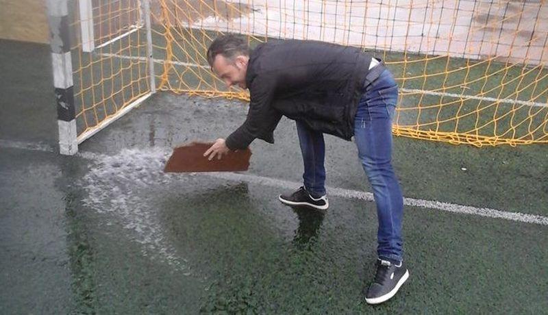 A szervező, Bikárdi László segédkezett, hogy útjára indulhasson a labda