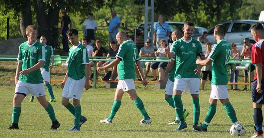 Hartait köszöntik a társai gólja után. vagy Háromszor ünnepelhettek a hazaiak!